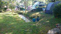 Le ruisseau qui traverse le camping